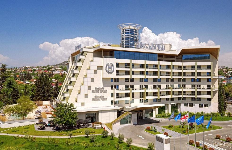 Отель с бассейном в Тбилиси Sheraton Metehi Palace