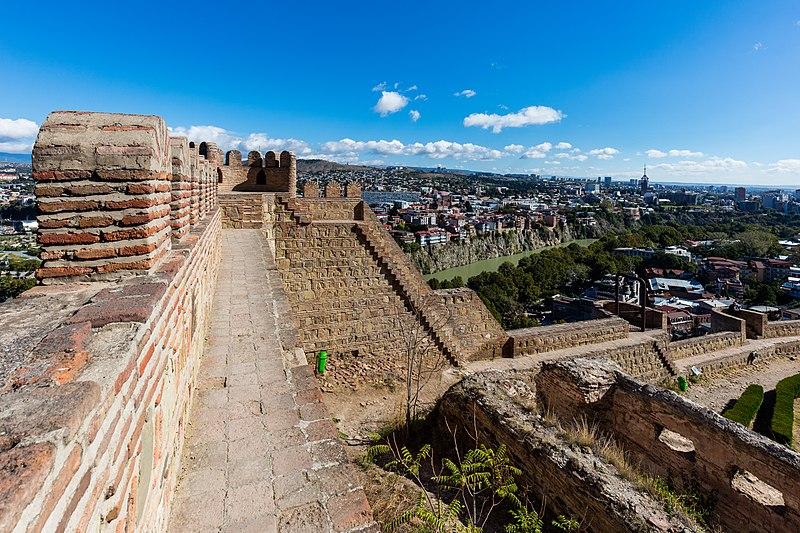 Крепостные стены Нарикалы