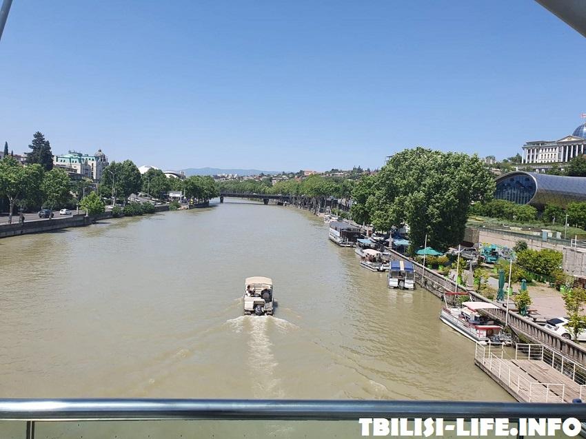 Река Кура в Тбилиси в августе
