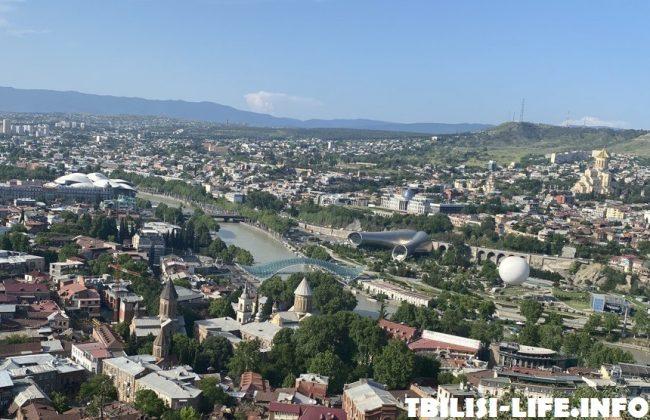 Вид на Тбилиси с высоты - мост мира